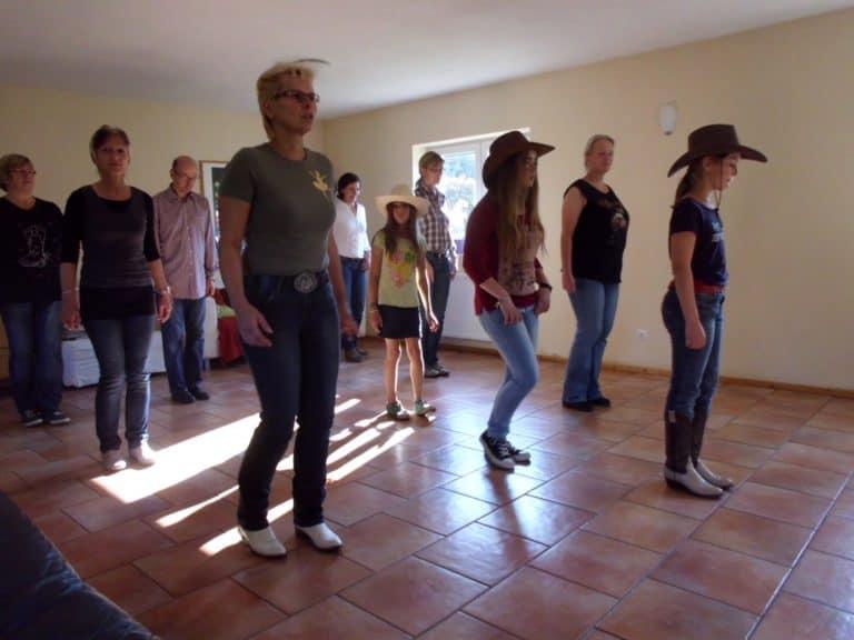 Line-Dance auf Ranch Piwonia